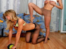 Amigas calientes haciendo gimnasia en panties