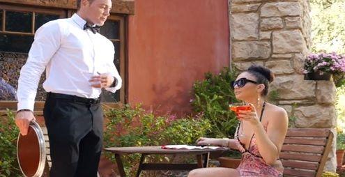 Ariana Marie acaba follando al camarero..